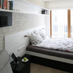 Sypialnia jest dobrze oświetlona. Jasne płaszczyzny  dodatkowo powiększają optycznie przestrzeń. Projekt: Monika i Adam Bronikowscy. Fot. Bartosz Jarosz.