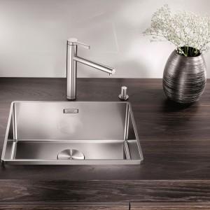 Zlewozmywak Blanco Attika XL 60 to jednokomorowa, stalowa elegancja. Łagodne kontury i materiał wykonania idealnie wpisują się w stylistykę nowoczesnej kuchni. Pięknie kontrastuje z blatem w kolorze egzotycznego drewna. Delikatne obramowanie chroni przed rozchlapywaniem się wody, ale nie dominuje formy. Fot. Blanco/Comitor.