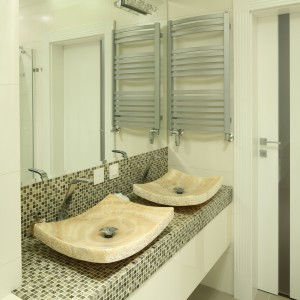 Onyksowe umywalki stanowią największą ozdobę łazienki, dlatego do wykończenia ścin i blatu nie wybrani już kamienia, ale płytki i mozaikę. Projekt: Karolina Łuczyńska. Fot. Bartosz Jarosz.