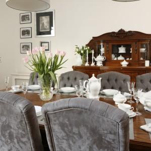 Piękne aksamitne pikowane krzesła idealnie pasują do klasycznych mebli w jadalni. Wraz ze stylizowaną komodą i drewnianym stołem tworzą elegancką, przytulną kompozycję. Projekt: Iwona Kurkowska. Fot. Bartosz Jarosz.
