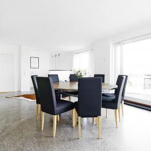 Panoramiczne przeszklenia w strefie kuchni i jadalni zapewniają bogaty dostęp dziennego światła. Fot. Vastanhem.