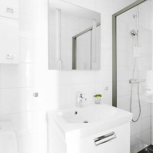 W jednej z łazienek króluje biel - na ścianach i w formie ceramiki oraz mebli. Kontrastują z nią czarne płytki na podłodze. Fot. Vastanhem.