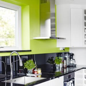 Biel i czerń w kuchni tworzą elegancką kompozycję kontrastów. Monochromatyczną kolorystykę przełamano ożywiającym odcieniem soczystej zieleni limonki. Fot. Vastanhem.