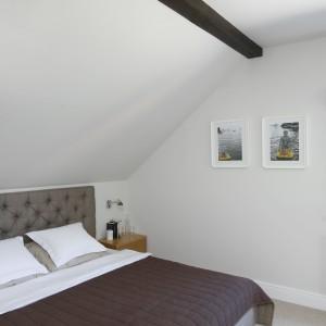 Mimo usytuowania sypialni na poddaszu projektantce udało się stworzyć funkcjonalną przestrzeń. Projekt: Kamila Paszkiewicz. Fot. Bartosz Jarosz.