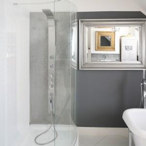 Ciekawy efekt lustra w lustrze można uzyskać umieszczając dwa różnej wielkości lustra naprzeciw siebie. Do saloniku kąpielowego w stylu glamour  wybrano lustra w szerokich ramach w srebrnym i złotym kolorze. Projekt: Magdalena  Konochowicz. Fot. Bartosz Jarosz.