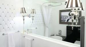 Lustro w łazience jest po prostu niezbędne. Praktyczne może być też efektowne. Odpowiednio dobrana rama podkreśli styl łazienki.