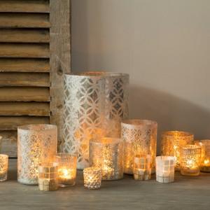 Nastrojowe świeczki w ozdobnych świecznikach bedą ciekawą dekoracją sypialni. Fot. Flamant.