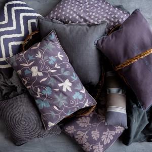 Miękkie, dekoracyjne poduszki to nieodłączny element każdej sypialni. W tym sezonie ponownie modne są ciemne fiolety i granaty. Fot. Broste Copenhagen.