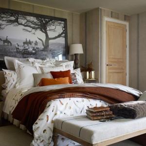 W sezonie jesienno-zimowym w sypialni nie może zabraknąć ciepłego koca oraz miękkiej narzuty. Fot. Zara Home.