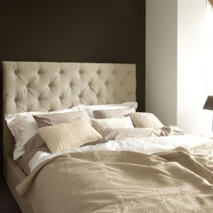 Tapicerowane łóżko z miękkim zagłówkiem to funkcjonalne rozwiązanie, które dodaje wnętrzu przytulności. Fot. Sits