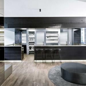 We wnętrzu dominują nowoczesne, geometryczne formy i gładkie powierzchnie. Fot. ww.suite030.com.