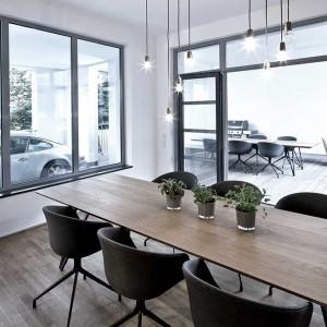 Goście mogą korzystać z luksusowego wyposażenia budynku. Jednym z efektownym i praktycznych rozwiązań jest winda samochodowa z bezpośrednim dostępem do mieszkania. Fot. www.suite030.com.