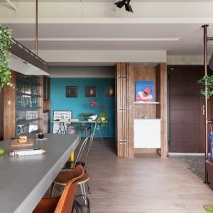 We wnęce na ścianie urządzono kącik do pracy. Niewielki gabinet wyznacza umownie ściana, wykończona żywym, morskim odcieniem koloru niebieskiego. Fot. Hey! Cheese.