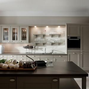 Urokliwa kuchnia w stonowanym kolorze kawy z mlekiem. Frezowane fronty i szklane drzwiczki górnych szafek nadają jej romantycznego klimatu. Fot. Leicht, kolekcja Domus.