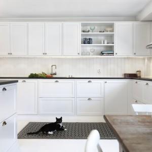 Lekko frezowane białe meble nadają kuchni świeżego wyglądu. Elegancko kontrastuje z nimi czarny blat kuchenny. Fot. Ballingslov, kolekcja Gastro.