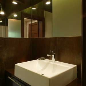 Wnękę pełniącą rolę strefy umywalki (model Quattro firmy Koło) optycznie powiększają lustra. Fot. Bartosz Jarosz.