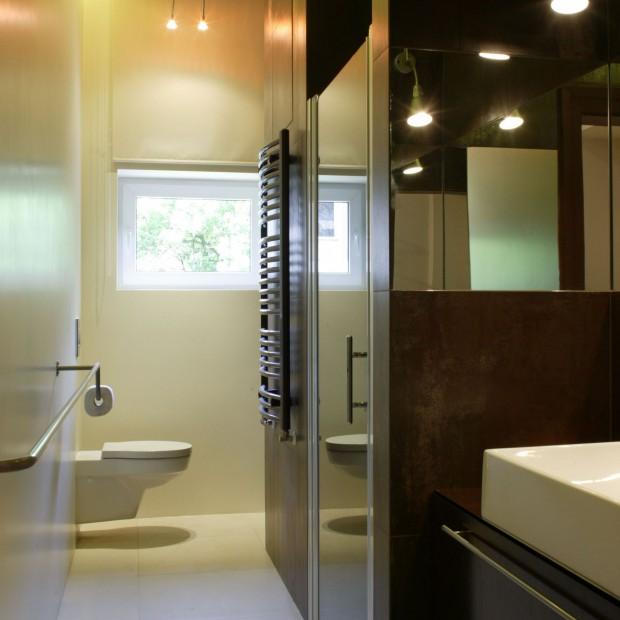 Mała łazienka: pomysłowe wnętrze z praktycznymi schowkami