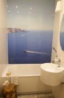 Łazienka wyposażona jest w system nagłaśniający, co pozwala cieszyć się np. odgłosem szumiących fal podczas relaksacyjnej kąpieli.