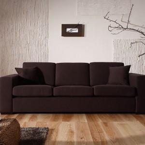 """Sofa Antares, która łatwo rozkłada się też do funkcji spania. Wykończenie: tkanina i kolor do wyboru. Wypełnienie: pianka o wysokiej sprężystości. Płaskie drewniane nóżki w kształcie litery """"L"""". Z poszyciem wymiennym lub stałym. Fot. Sits."""