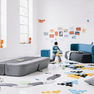 Wielofunkcyjna, dwuosobowa sofa Revolve, w której całą powierzchnię stanowi materac. Proj. Numen/Fouse, I.Borovnjak&Bratovic. Powierzchnia spania 140x 210x38 cm. Fot. Kvadra/Le Pukka.