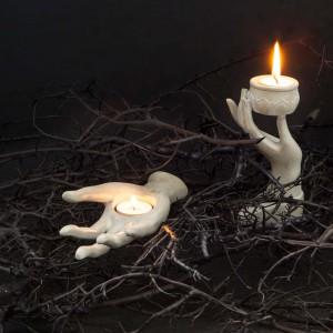 Propozycja aranżacji na Halloween od Zara Home. Świeczniki w kształcie bladych rąk nieodparcie kojarzą się z ręką umarlaka. Dla osób o mocnych nerwach! Fot. Zara Home.