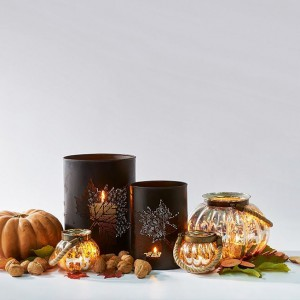 Piękne latarenki w kształcie dyni i lampiony z motywem jesiennego liścia są jak znalazł na 31 października. Dyskretnie nawiązują do Halloween, ale nie brak im elegancji. Fot. Riviera Maison/Square Space.