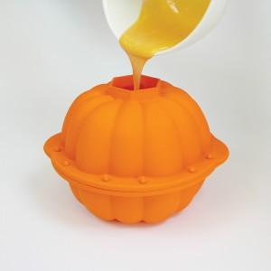 Silikonowa forma do pieczenia ciasta nie tylko wygląda jak dynia, ale i pozwala na wypiek ciasta w takim kształcie. Fot. Lekue/Fabryka Form.