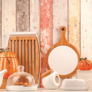Delikatna, prowansalska aranżacja do kuchni. Pastelowym delikatnym barwom, kojarzącym się z wiosną i latem nadamy jesiennego charakteru i nawiążemy do stylistyki Halloween dzięki pojemnikom i przyprawnikom w kształcie dyni. Fot. Home&You.