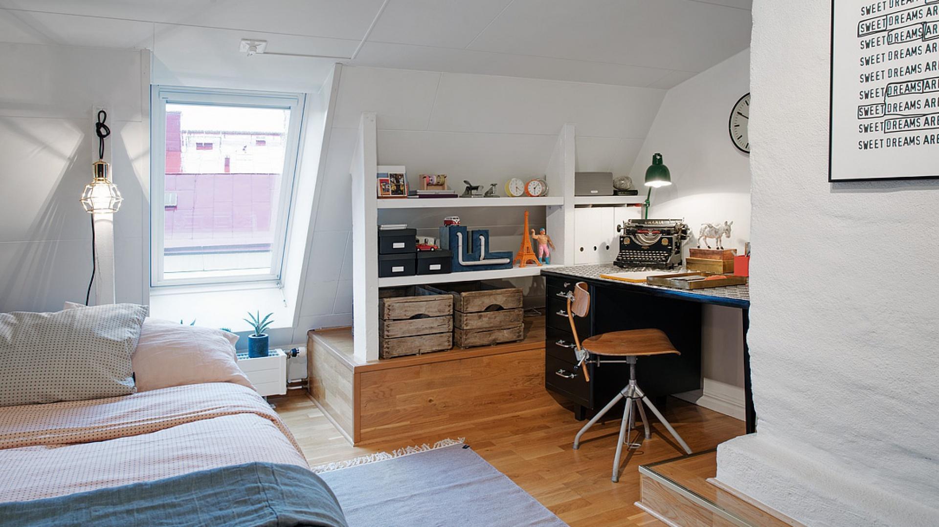 Przestrzeń pod skosami w pomieszczeniu zagospodarowano na praktyczne półki do przechowywania drobiazgów. W miejscu najbliżej podłogi, z uwagi na większą ilość przestrzeni, można przechowywać większe przedmioty, np. stare urokliwe kufry. Fot. Alvhem Makleri.
