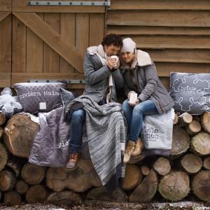 W sezonie jesienno-zimowym nie możemy zapomnieć o ciepłych tkaninach. Fot. Riviera Maison.