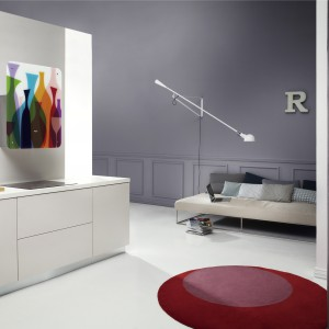 Okap AR GA 001 IX z panelem z motywem kolorowych kieliszków. Fantazyjny akcent ożywiający białą, minimalistyczną kuchnię. Fot. Whirlpool.