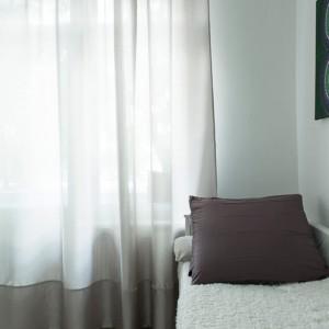 Grafika nad łóżkiem nadaje charakteru jasnemu wnętrzu. Fot. www.suite030.com.