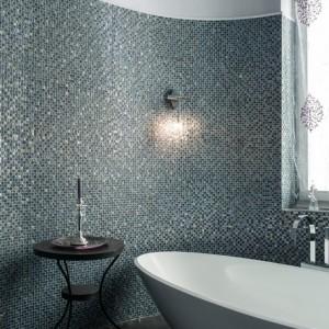 W łazience drobna, połyskująca mozaika stanowi główny akcent dekoracyjny. Fot. www.suite030.com.