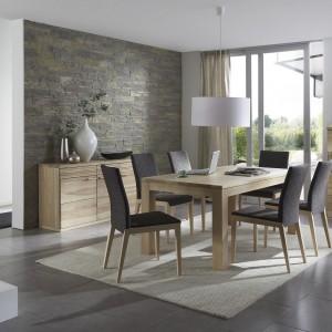 Wykonane z litego drewna meble z kolekcji K5 marki Klose przyciągają wzrok subtelnymi detalami. Delikatne fale na czołach szuflad i frontach wybranych drzwi stanowią element ozdobny, podkreślający wyjątkowy charakter linii. Fot. Klose.