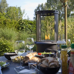 Elektryczny kominek stanowi ciekawą dekorację ogrodu. Fot. Faber.