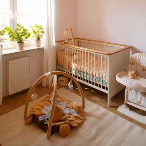 Fotelik z blatem w beżowym kolorze przydaje się podczas nauki jedzenia pierwszych posiłków. Fot. Archiwum Dobrze Mieszkaj.