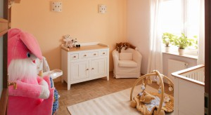 Czy można urządzić pokój dla niemowlaka w taki sposób, aby był odpowiedni zarówno dla dziewczynki, jak i chłopca? Oczywiście! Pod warunkiem, że będzie w uniwersalnym, kremowym kolorze.