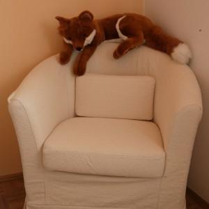 Zgrabny fotel w kolorze ecru przydaje się mamie i  tacie podczas karmienia, jak i czytania bajek na dobranoc. Fot. Archiwum Dobrze Mieszkaj.