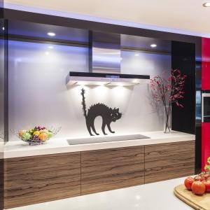Czarny kot to dobrze wszystkim znany podopieczny wiedźm i czarnoksiężników. Naklejka z sympatycznym czworonogiem nad blat kuchenny będzie jak znalazł na Halloween. Fot. Dekornik.pl
