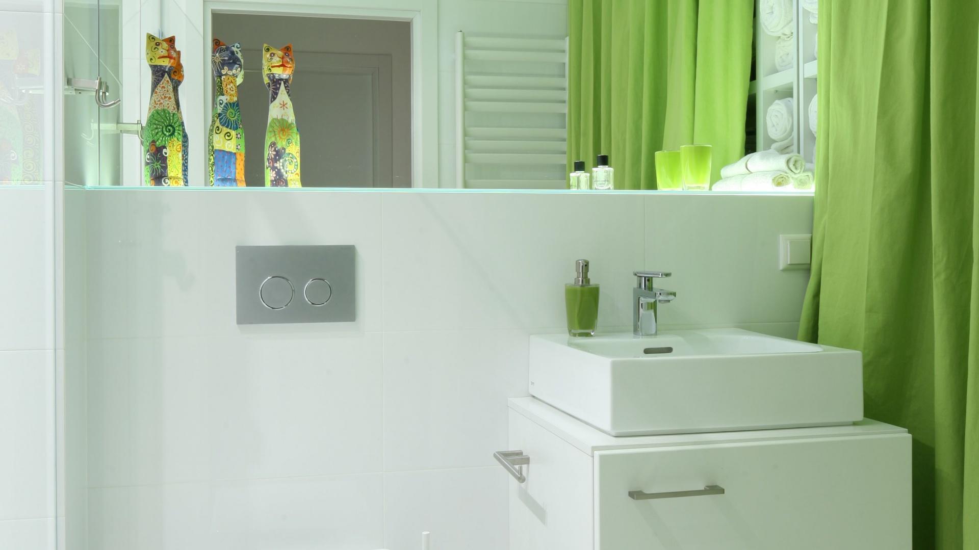 Proste, geometryczne formy umywalki i szafki dobrze wpisują się w minimalistyczną koncepcję aranżacji wnętrza. Fot. Bartosz Jarosz.