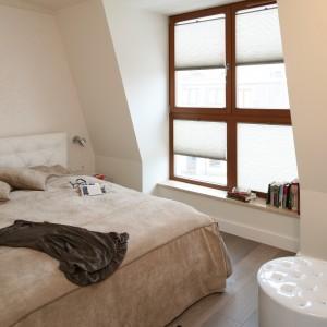 Duże okno zapewnia dopływ naturalnego światła, dzięki czemu w pomieszczaniu jest jasno nawet w pochmurne dni. Fot. Bartosz Jarosz.