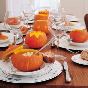 Rolę naczynia na stole w Halloween może pełnić... prawdziwa, wydrążona dynia. Fot. Villeroy & Boch.
