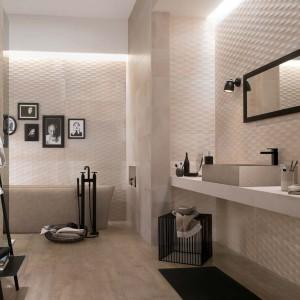 Trójwymiarowe efekty zapewnia łazience okładzina z płytek Creta marki Fap Ceramiche. Faktura powierzchni jest na tyle atrakcyjna, ze nie wymaga  dodatkowych dekorów. Fot. Fap Ceramiche.