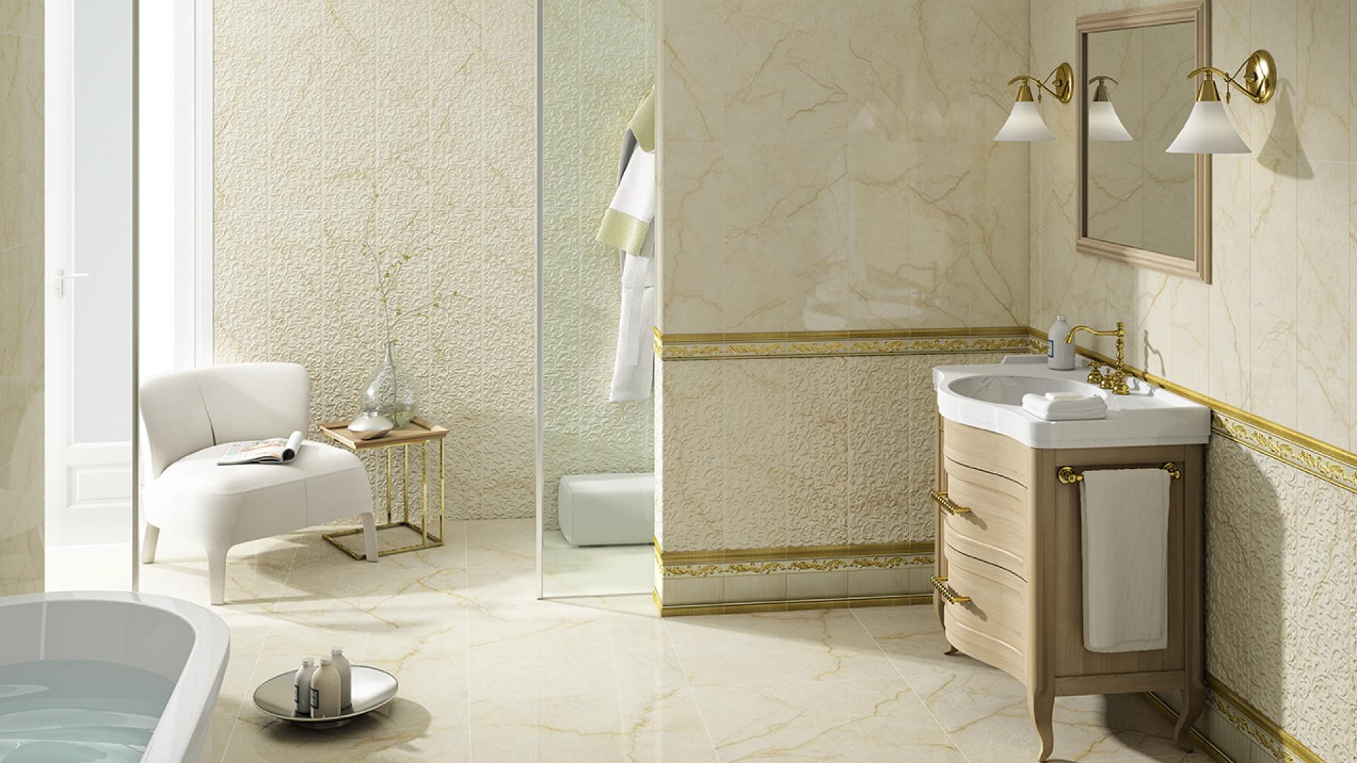 Jak kremowy marmur są płytki z kolekcji Lineage Aparici. Dodatkowo ich prostokąty format oraz  struktura powierzchni płytek dekoracyjnych pozwala wykonać okładzinę ceramiczną a la boazeria. Fot. Aparici.