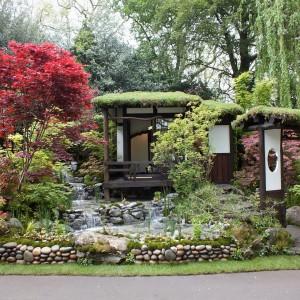 W ogrodzie zaprojektowanym w stylu japońskim nie może zabraknąć miejsc służących kontemplacji przyrody. Doskonale sprawdzą się elementy małej architektury: mostki, altanki. Fot. Tokonoma, Chelsea Flower Show 2013