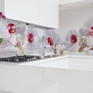 Fototapeta idealna do kuchni Pani domu. Delikatna, romantyczna i kobieca. Piękne kwiaty o białych płatkach stanowią urokliwe uzupełnienie białych nowoczesnych mebli. Fot. Minka.pl.