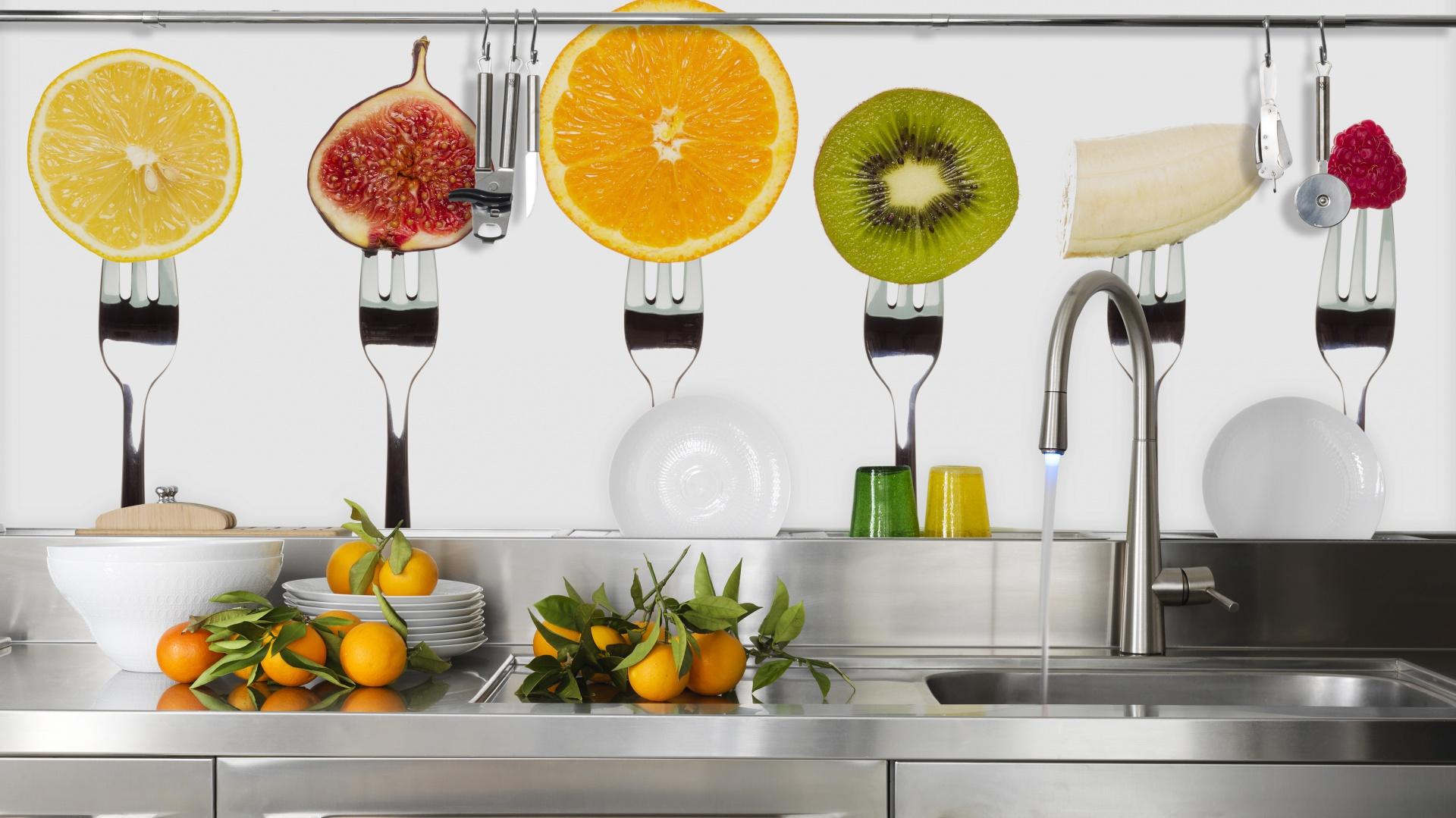 Jaki motyw fototapety będzie lepszy do kuchni niż smakowite owoce na widelcach? Owocowa feria barw ożywia wnętrze i zaostrza apetyt. Fot. Dekornik.pl.
