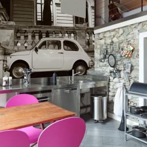 Fototapeta jak znalazł dla miłośników motoryzacji. Fotografia starego modelu samochodu w kolorze sepii pięknie komponuje się z metalowym blatem i nadaje kuchni klimatu vintage. Fot. Dekornik.pl.