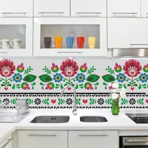 Białą kuchnię ożywia tapeta z kolorowym wzorem. Motyw ludowy będzie idealnie pasował zarówno do nowoczesnych, jak i klasycznych aranżacji. Fot. Dekornik.pl.
