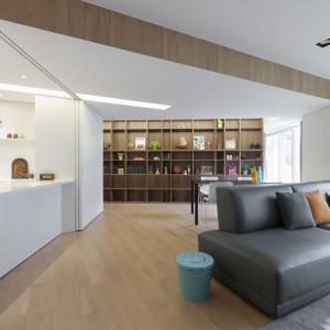Wnętrze ma niezwykle interesujący plan i rozwiązania przestrzenne. Geometryczne linie i ostre kąty wydłużają perspektywę i optycznie powiększają wnętrze. Fot. KC Design. Fot. KC Design Studio.